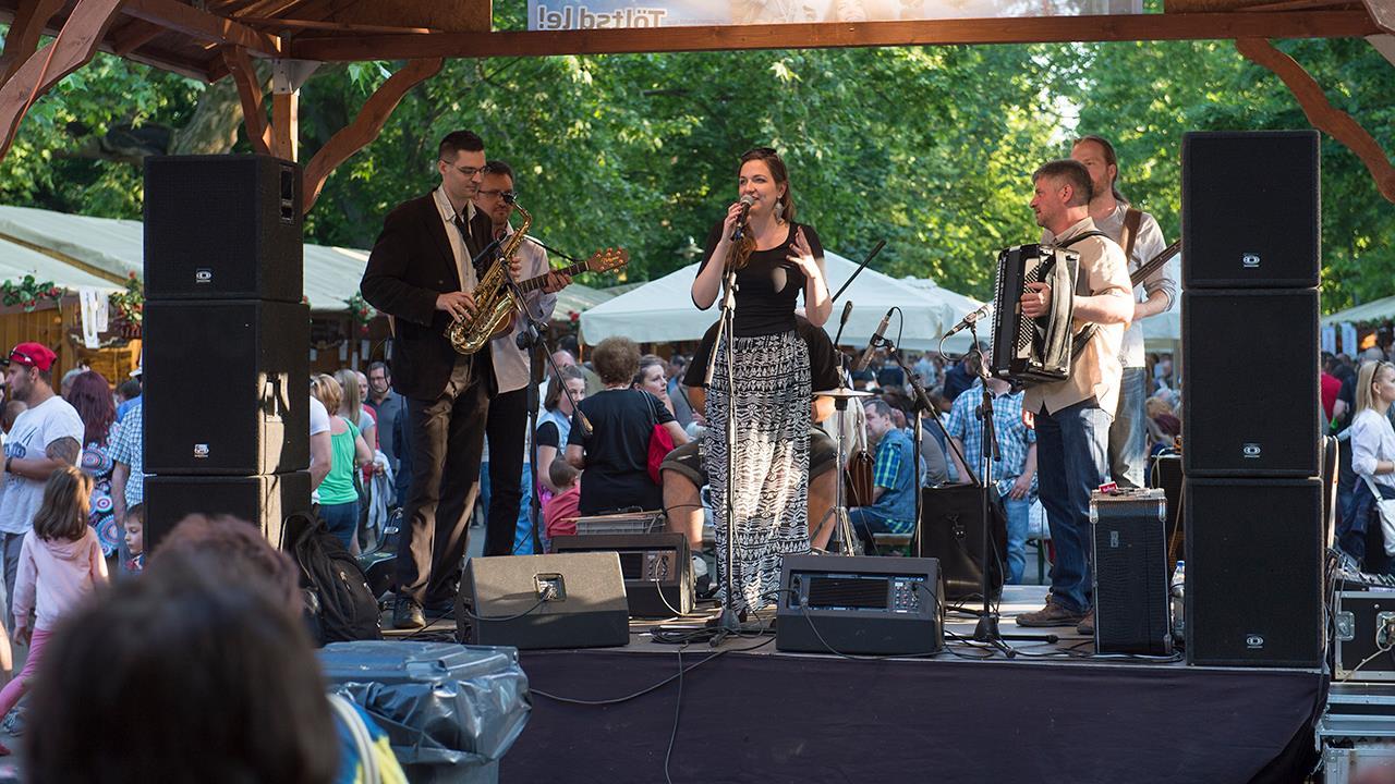 Tóth Vera, Szeged Live Band és Big Bunny Hall Swinger Club kedden a Borfesztiválon