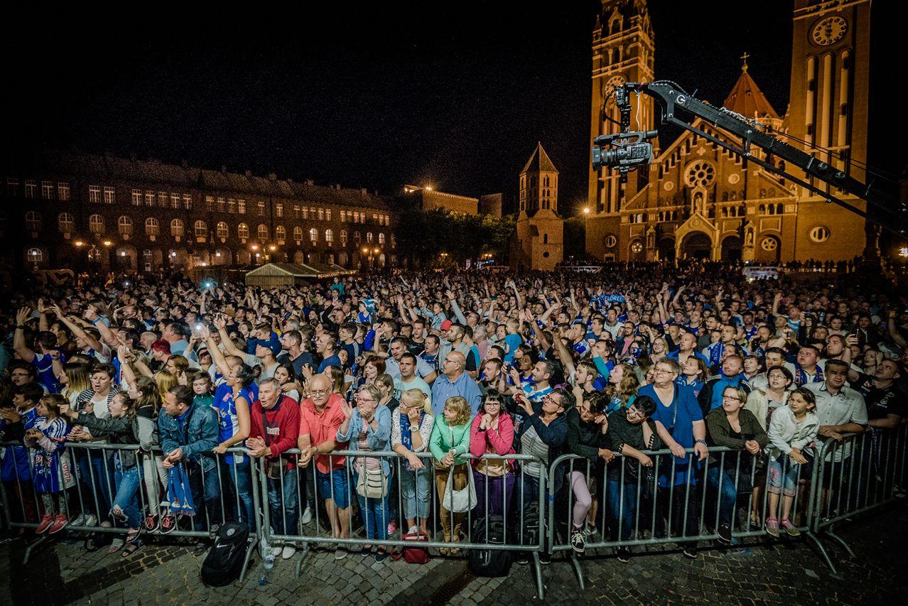 Beléptek a megálmodott világ kapuján: a Dóm téren köszöntötte kézilabdázóit Szeged